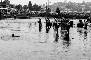 聖なる川に浸かる巡礼者たち