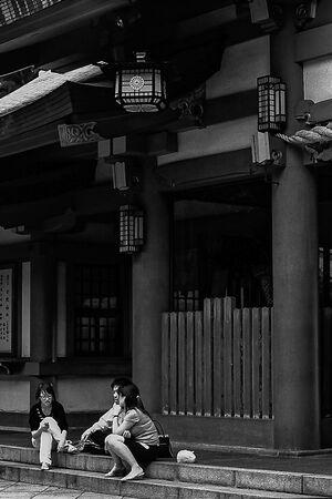 日枝神社の門前にいた若者たち