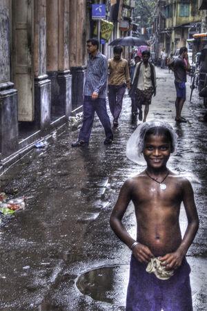 雨の中に立つ男の子