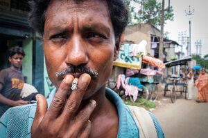 短い煙草を吸う男