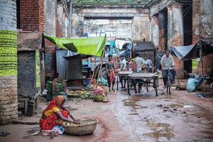 ムルシダバッドの市場で働く女