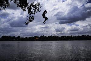 川に向かって落ちる男の子