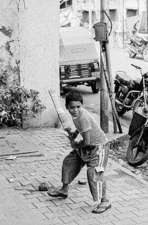 クリケットのバットを握る男の子