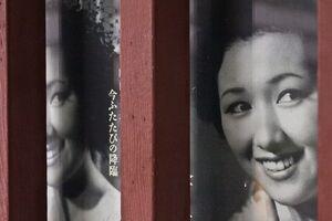 窓に貼られた高峰秀子のポスター