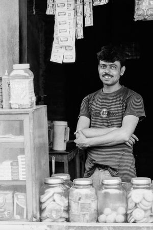店の中で微笑む男