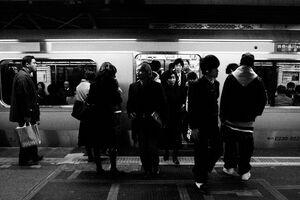 電車から降りる乗客たち