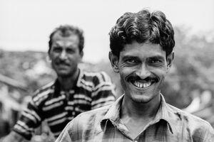 笑う男と無関心な男