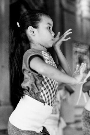 踊る女の子