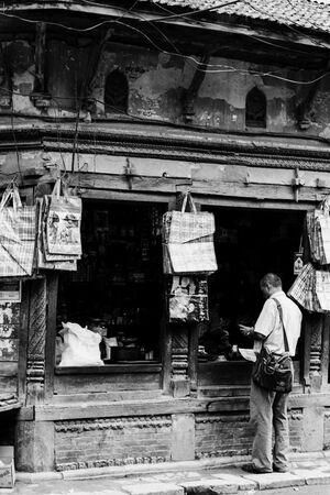 雑貨店で買い物する男