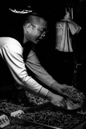 惣菜屋で働く男