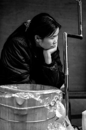 沈鬱な表情の女