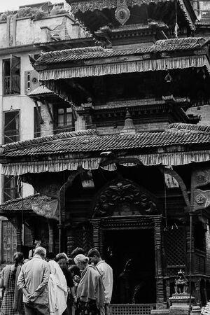 ヒンドゥー教寺院の前の人びと