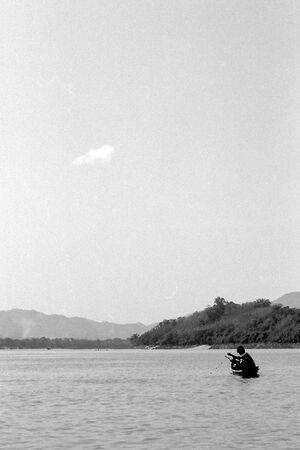メコン川で漁をしている漁師