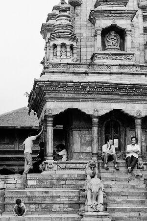 ヴァートサラ・デゥルガー寺院で寛ぐ人々