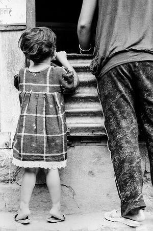 覗き見する女の子