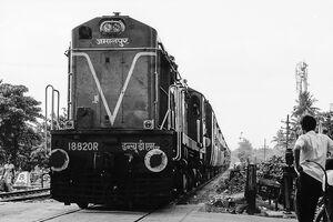 線路を走ってきた列車