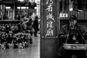 台灣省城隍廟の前で休憩する行商人