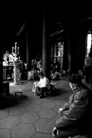 境内に座る老人
