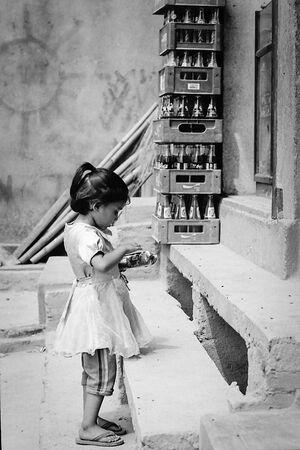 雑貨屋に買い物に訪れた幼い女の子