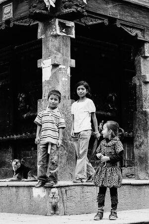 マチェンドラナート寺院の前にいた子どもたちと犬
