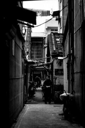 薄暗い路地裏の人影