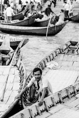 ボートの上でしゃがむ男