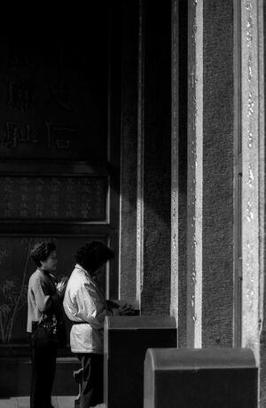 行天宮の扉の外に立つ女性
