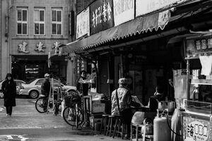 迪化街を歩いていた若い女性