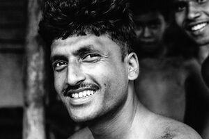 白い歯を見せる男