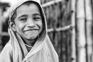 布を被って笑う女の子