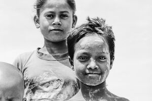 泥だらけの顔をした男の子