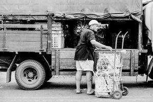 トラックから荷降ろしする男