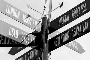 有名都市を指し示す道路標識