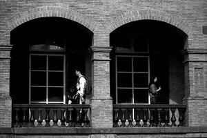 廊下を歩く男と女