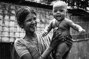 楽しそうなおばあさんと赤ん坊