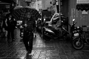 チェック柄のシャツとチェック柄の傘