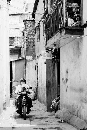 路地を走るバイク