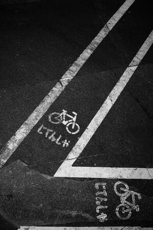 地面に描かれた自転車レーンの標識