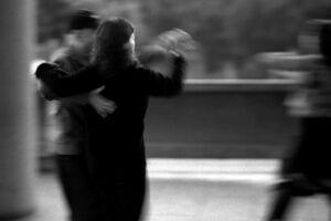社交ダンスを踊る人びと