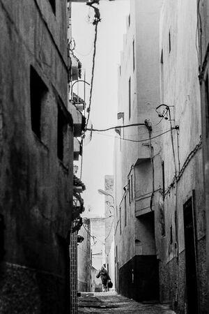 路地の先の人影