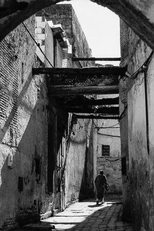 細い路地を歩く人影
