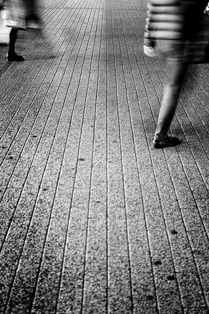 通り過ぎていく脚
