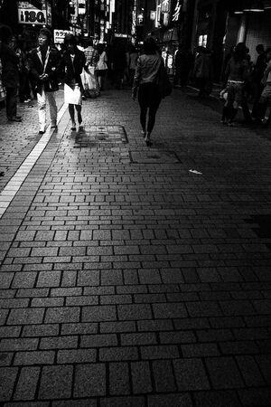 夜道を歩く人びと