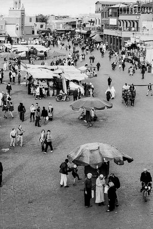 賑わうマラケシュのジャマ・エル・フナ広場