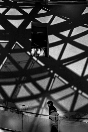 原爆資料館の窓と影