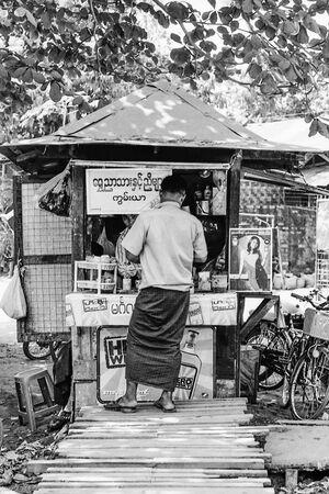 キオスクで買い物する男