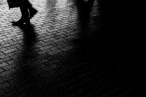 暗闇の中の足