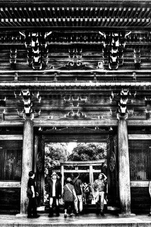 門をくぐる参拝客