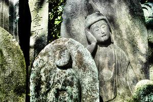 日向で寛ぐ石像