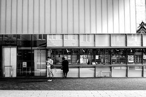 売店の前に立つ女性